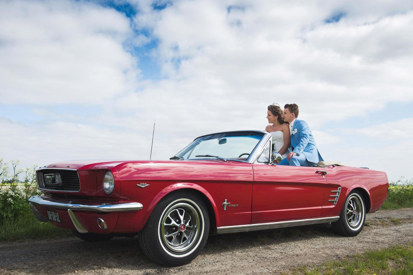 bruidsfoto in een ford mustang