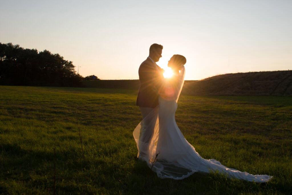 bruidspaar zonsondergang
