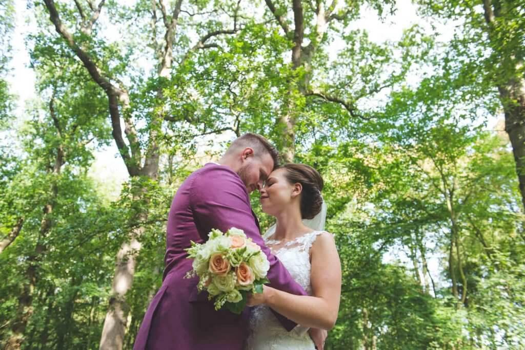 bruidspaar in bos