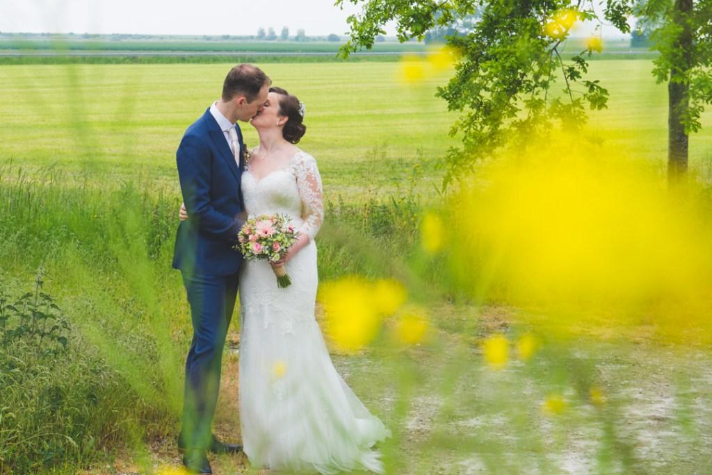 kus tussen bloemen