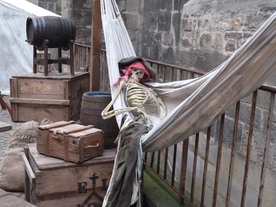 Mystica Hameln, schlafen, Skelett, Pirat, Piratenskelett, Hängematte, Tod, Flints Buccaneers