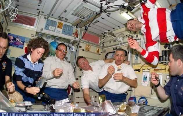 ناسا تعرض ما يأكله رواد الفضاء خارج الغلاف الجوي 1