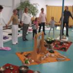 groep mensen handen vast instrumenten zaal