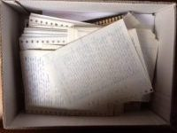 doos met stapel geschreven teksten