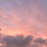 zacht roze blauw lila oranje wolkendek