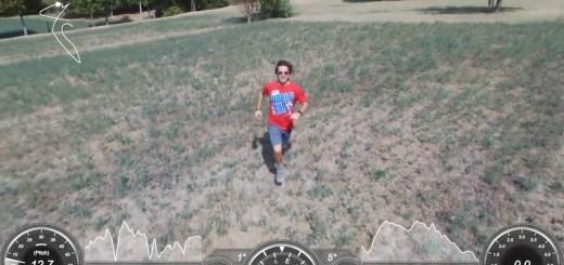 Stephen Kleckner che corre verso il Drone Bepop 2 in modalità follow me