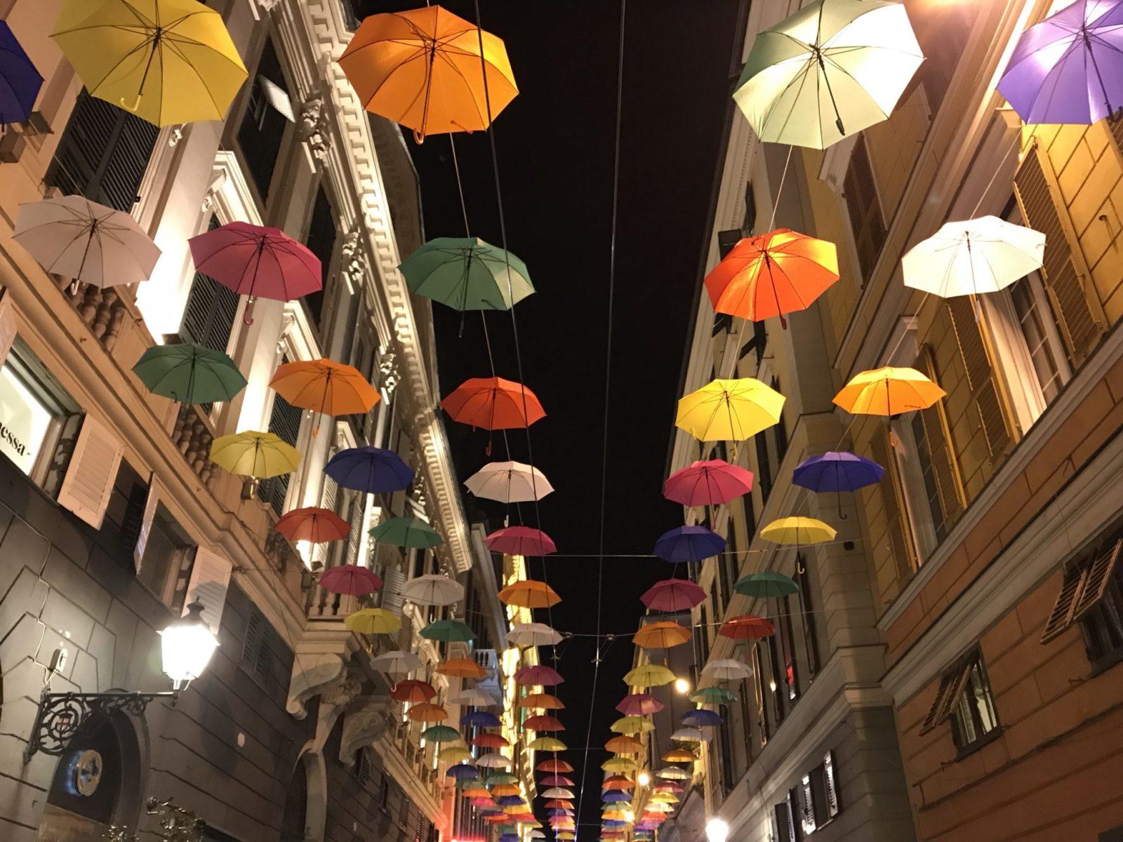 Ombrelli colorati appesi a Genova in via XXV Aprile