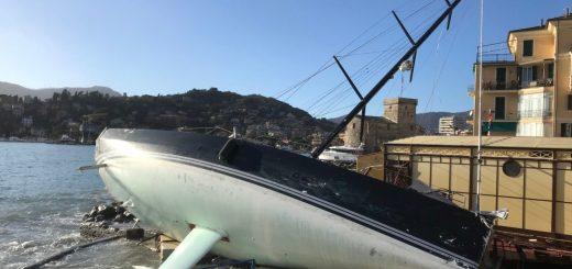 Imbarcazione a vela spiaggiata a Rapallo