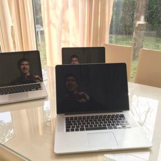 Stephen Kleckner con tre MacBook Pro