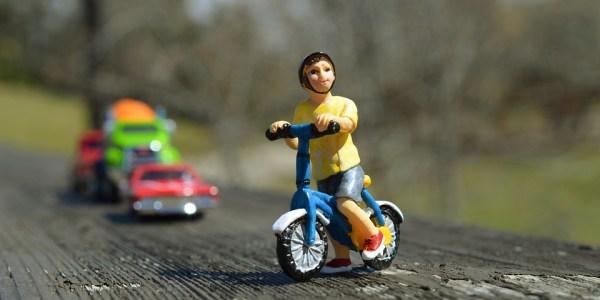 Radfahrerin mit gedankenverlorenem Leichtsinn