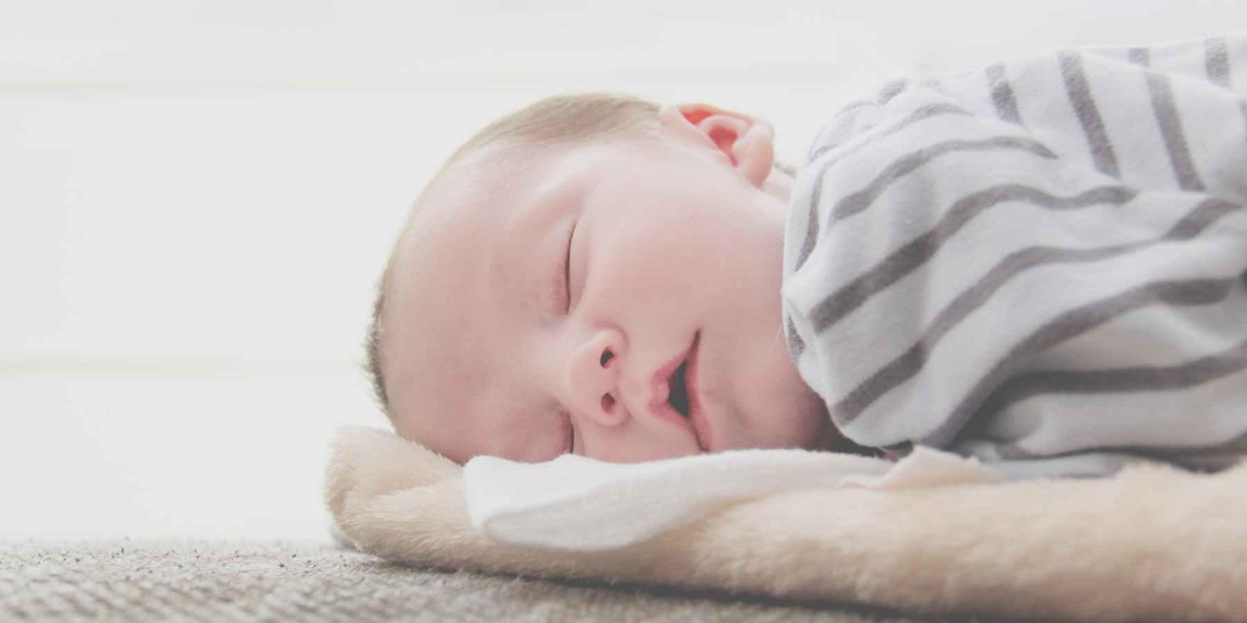 Babyhaut im Winter vor Kälte und Sonne schützen