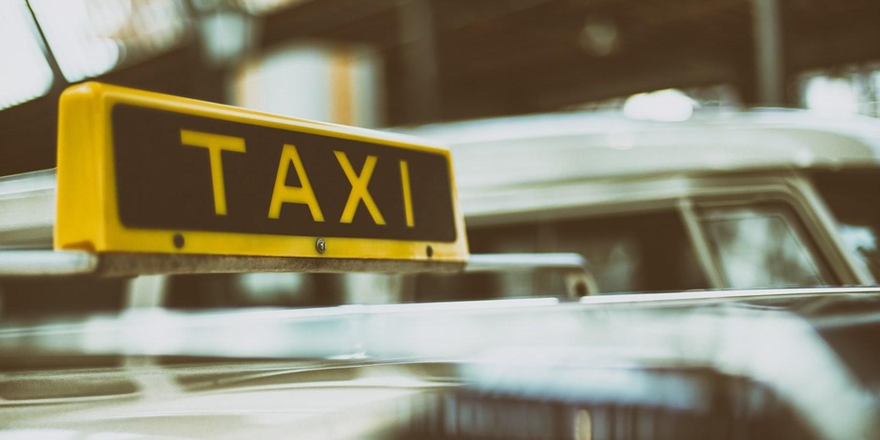 """Über """"Rot"""" gefahren, Taxi gerammt und geflüchtet"""