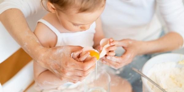 Kinder schon früh beim Kochen helfen lassen
