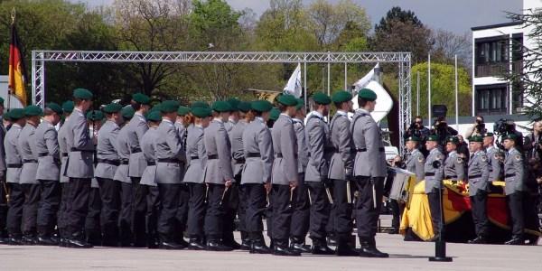 Straftäter besprühen 1. Deutsch-Niederländisches Korps