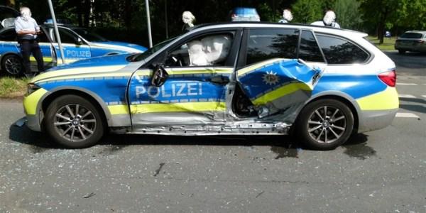 Fahrzeug flüchtet – Polizeiwagen verunfallt