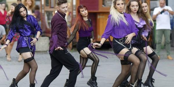 Unbekannte tanzen 59-Jährigen an der Promenade an