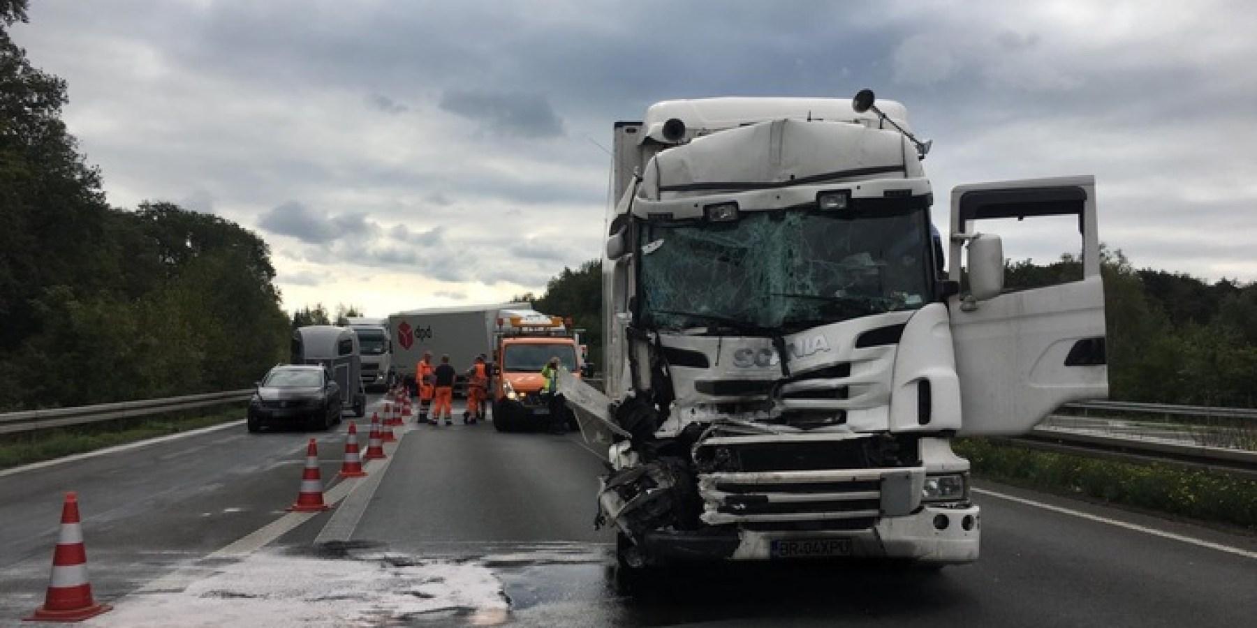 Stauendunfall auf der A30 -Lkw-Fahrer schwer verletzt – 17 Kilometer Stau