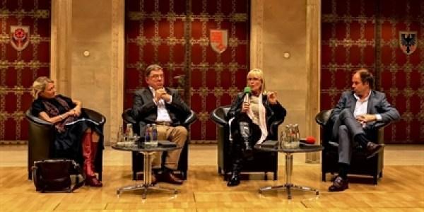 Dialoge im vollbesetzten Rathausfestsaal