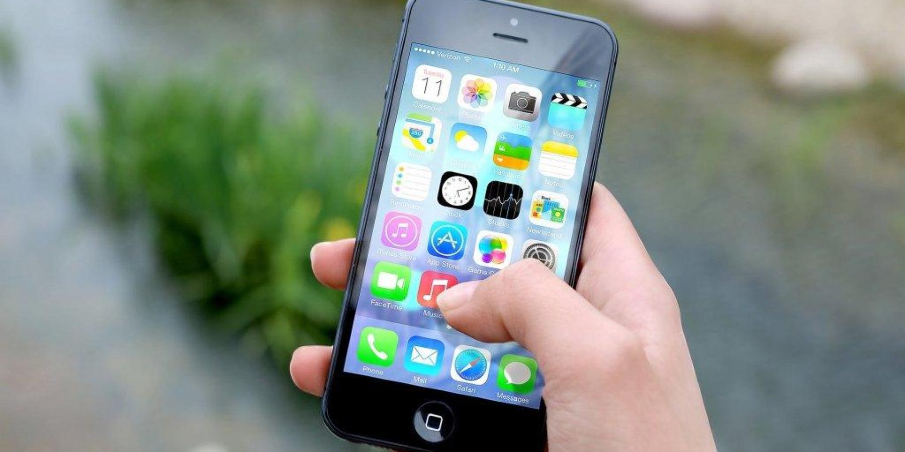 Nach Uhrzeit gefragt und Smartphone entwendet