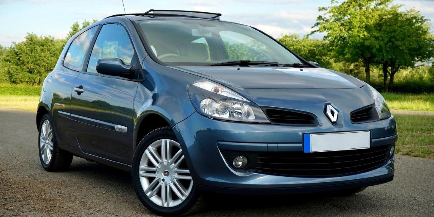 Zu schnell und betrunken um die Ecke gefahren – Peugeot prallt gegen Ampelmast
