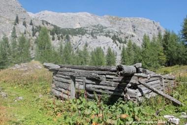 Verfallene Hütte der Hinterschlumalm