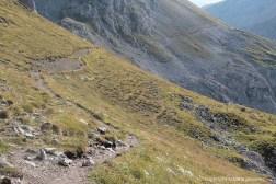 Der Wanderweg, der sich um die Bergflanken schlängelt