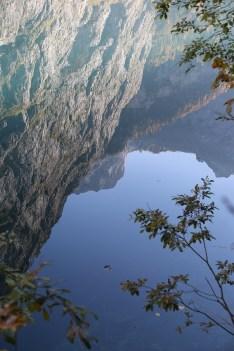 Die Talwand spiegelt sich im Obersee