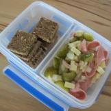Wurstsalat und Brot - getrennt in der Clip&Close Box