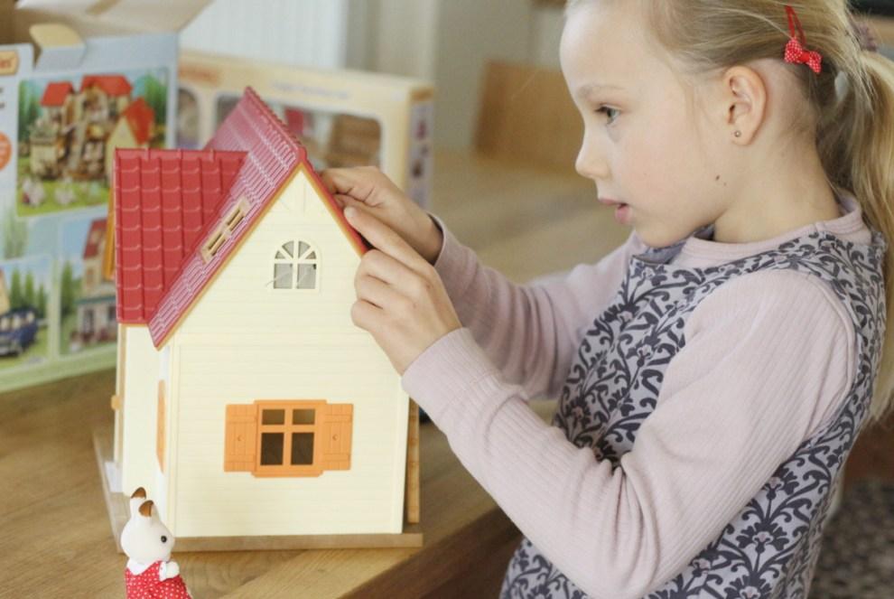 Mädchen mit Puppenhaus