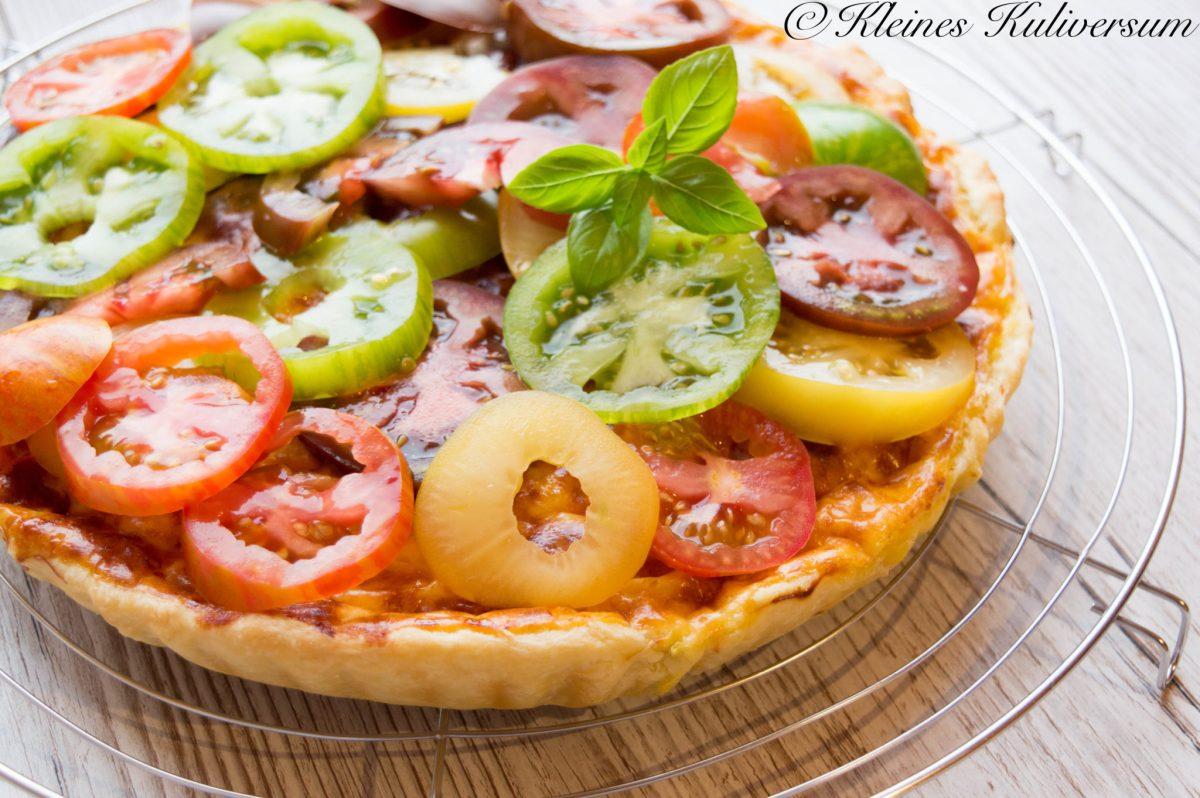 Parmesan Tarte mit Tomatensalat
