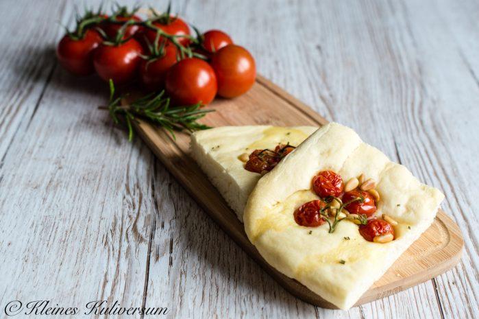 Focaccia mit Olivenöl, Rosmarin und Tomaten