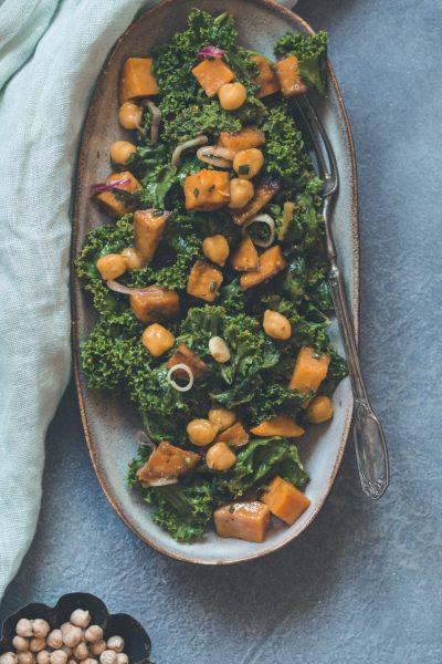 Grünkohl Salat mit Süßkartoffel und Kichererbsen