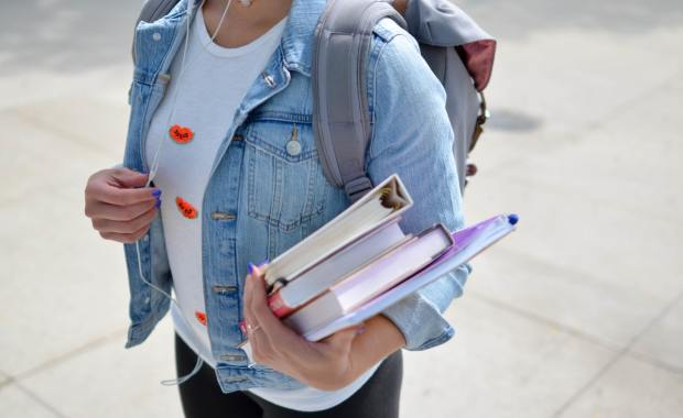uczeń z książkami