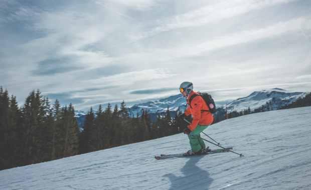 narciarz zjeżdżający z górki
