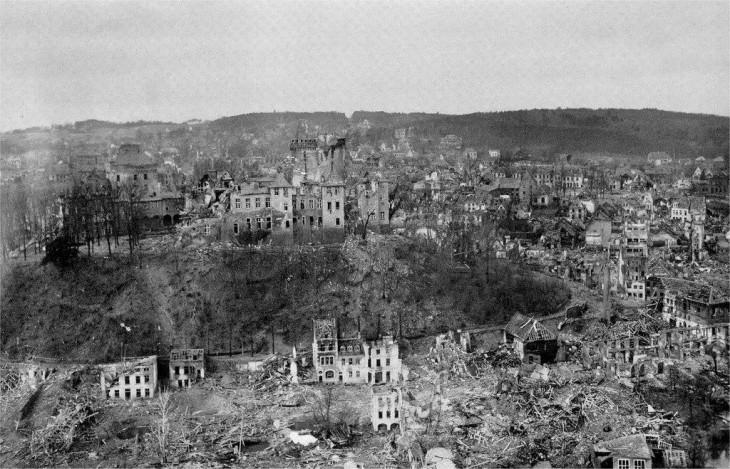 Blick auf die zerstörte Schwanenburg, unten müsste die Wasserstraße verlaufen