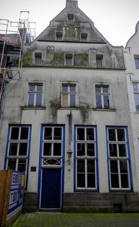 Hausnummer 15, zweifelsohne eine schöne Fassade. Aber wen interessiert's? Den Besitzer augenscheinlich nicht.