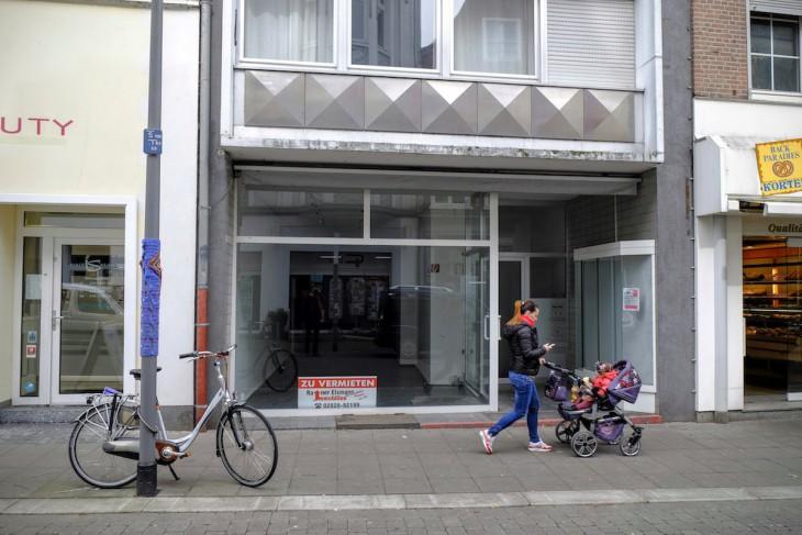 Man merkt, dass sich Rainer Elsmann von der gleichnamigen Immobilienfirma richtig Mühe gibt, das Objekt zu vermarkten.