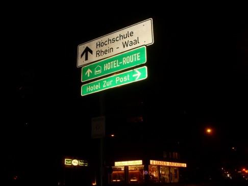 Schild Nr. 1: Geradeaus oder rechts?
