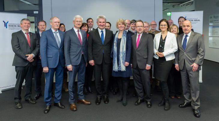 Landrat Spreen, Minister Pinkwart, Präsidentin Naderer und weitere Vertreter der Region NiederRhein. Was aber sagt uns dieses Foto?
