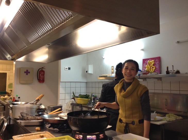 Damals überwog die Freude über die neue Dunstabzugshaube: Anna Ngan Pham (glücklich) mit Ente (gleich kross)