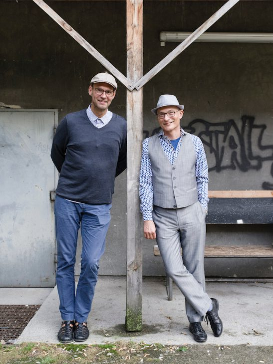 Zwei Übersetzer in lässiger Pose: Frank Heibert und Hinrich Schmidt-Henkel