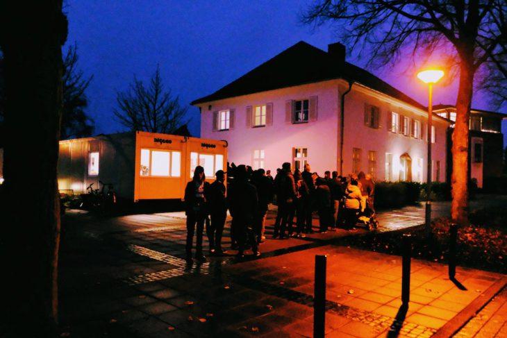 Dienstag, 21. November, 7:34 Uhr vor der Ausländerbehörde an der Nassauerallee: Menschen warten darauf, warten zu dürfen
