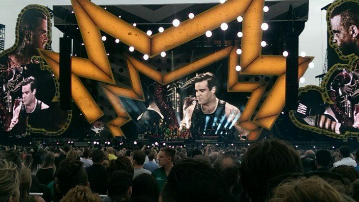 Klein in der Mitte, überlebensgroß auf Bildschirmen: R. Williams, Unterhaltungskünstler, bei seinem Auftritt im Goffert-Park
