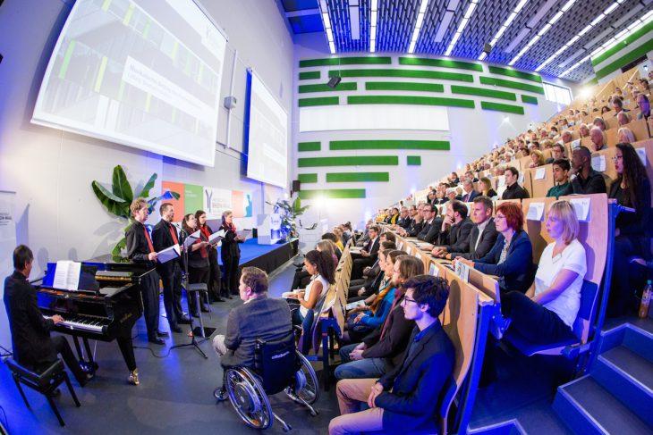 Begrüßung durch den Hochschulchor unter Leitung von Manfred Hendricks (Foto: HSRW)