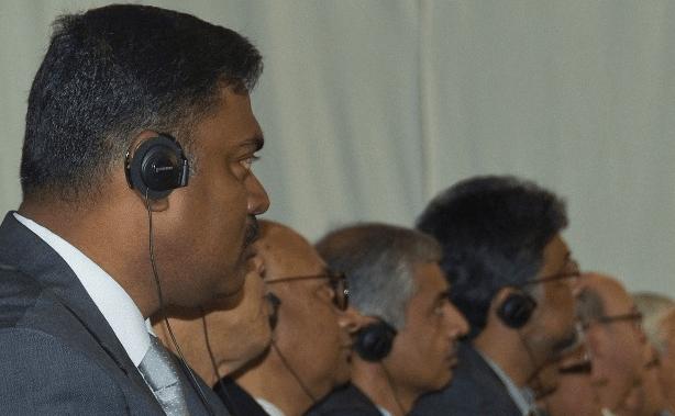 Für die einen üppig, für die anderen normal bezahlt: Gautam Saha l.), Leiter des Büros der Hochschule Rhein-Waal in Bangladesch (Foto © Kleinendonk)