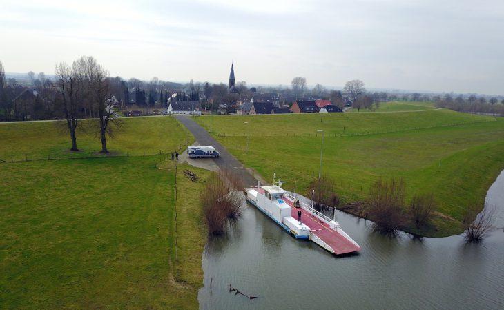 Im Wohnmobil ist das Überführungsteam angereist: Die Martin Schenk in den letzten Stunden auf dem Altrhein (Foto: Dr. Klaus Plein)