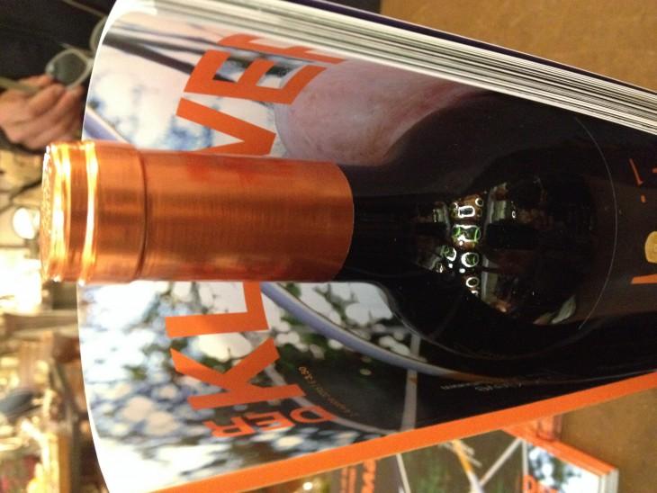 Wein & Worte: Gute Wein und gute Geschichten  in einer farblich stimmigen Kombination vereint: Spanischer Rotwein und KLEVER Magazin für 9,50 Euro erhältlich im GastHaus, Gasthausstraße