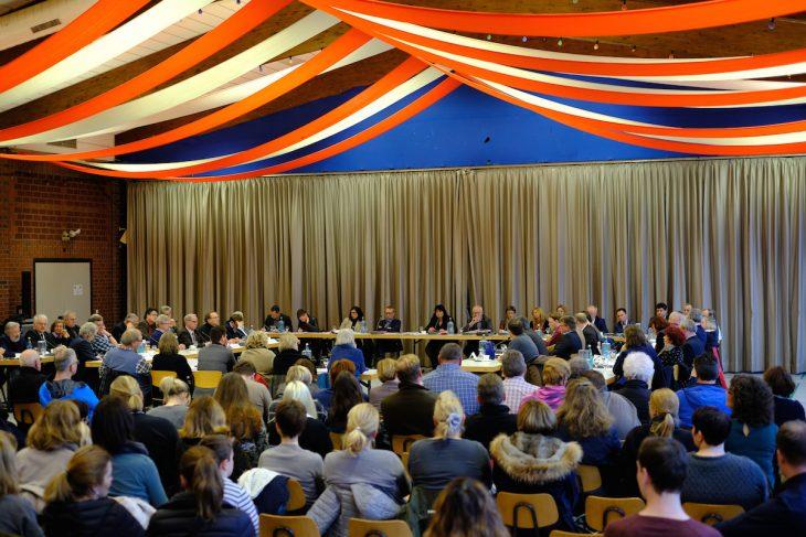 Großes Theater. Unter den 200 Zuschauern auch Ex-Bürgermeister Theo Brauer, der sich das Spektakel nicht entgehen lassen wollte