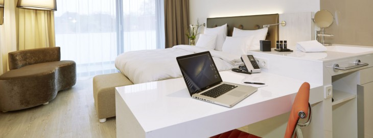 Wenn man ein schönes Zimmer wie dieses im Hotel Rilano in Kleve zu privaten Ausschweifungen nutzt, muss der Hotelier vom Gast eine Bettensteuer eintreiben. Berufliche Ausschweifungen bleiben steuerfrei. (Foto: Rilano)