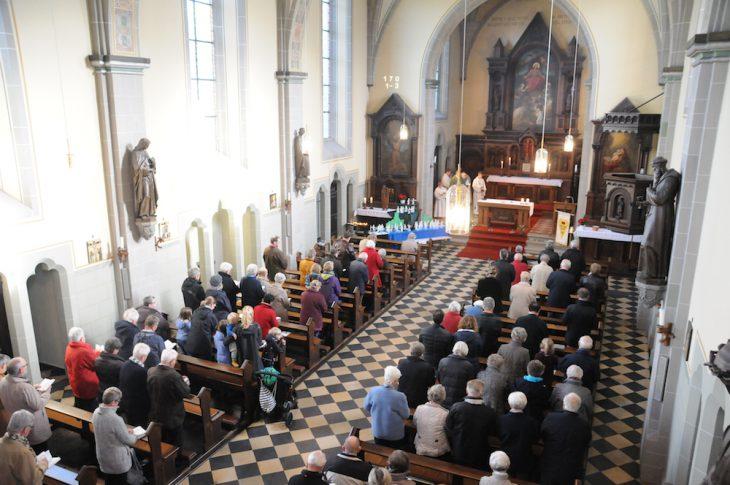 Gut gefüllte Kirchenbänke, als die letzte Messe gelesen wurde (Foto: TT)